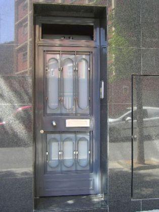 Construcci n de puertas de exterior en aluminio dom sticas for Puertas tipo fuelle